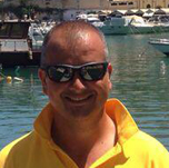 Mario Gioeli, effettua voli in parasail a Cefalù ed è testimonial RG web&grafica